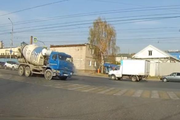 Μπετονιέρα πρωταγωνιστεί σε ένα ασυνήθιστο τροχαίο ατύχημα (video)
