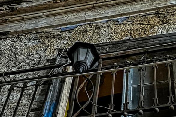 """Τα """"σπίτια"""" με τα κόκκινα φανάρια και οι """"Ρόζες"""" τους που έχουν φύγει πια από το κέντρο της Πάτρας (φωτο)"""