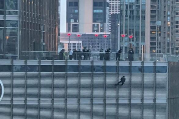 Σικάγο: Συνελήφθη ο άνδρας που κρέμονταν από τον πύργο Τραμπ