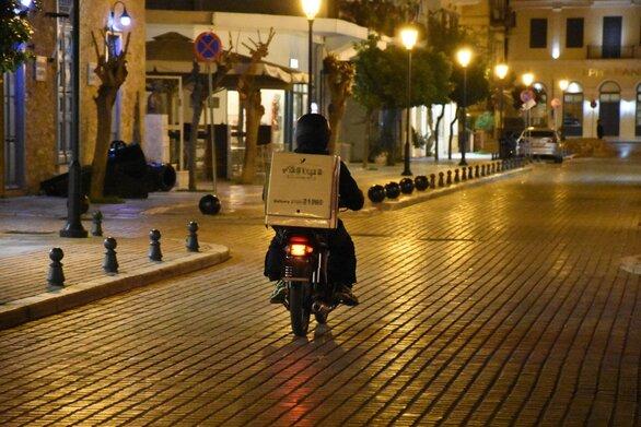 Τι προβλέπεται για take away και delivery στις περιοχές που θα ισχύσει απαγόρευση κυκλοφορίας