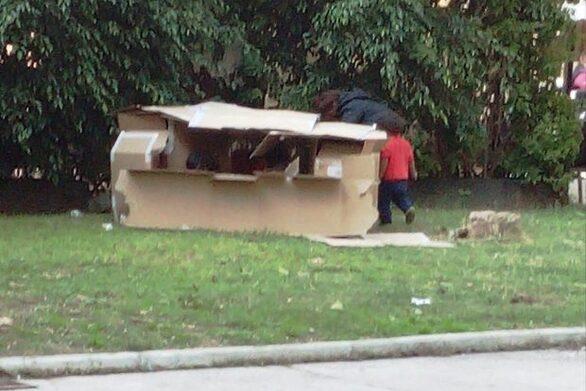 Πάτρα: Έστησαν μία παράγκα από χαρτόκουτα στην πλατεία Όλγας