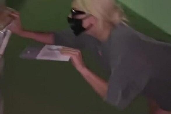 Lady Gaga: Η... σέξι εμφάνισή της μπροστά στην κάλπη (φωτο)