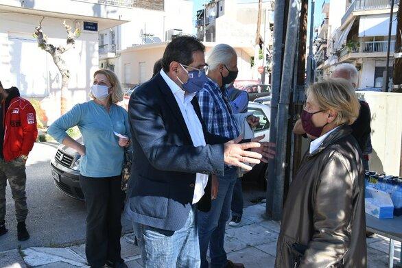 O Δήμαρχος Πατρέων στις πλατείες που γίνονται τα rapid test για τον κορωνοϊό (φωτο)