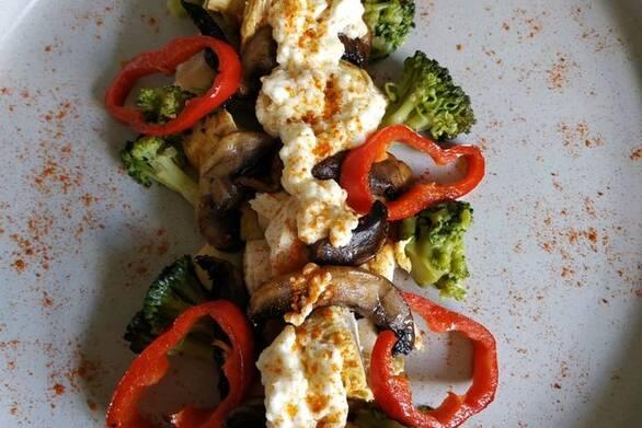 """Κοτόπουλο """"παραλλαγής"""" με σάλτσα φέτας και λαχανικά"""