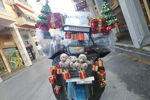 """Πάτρα: O ντελιβεράς που φέρνει στα σπίτια μας τα Χριστούγεννα, βάζοντας """"lockdown"""" στη κατήφεια της πανδημίας (pics+video)"""