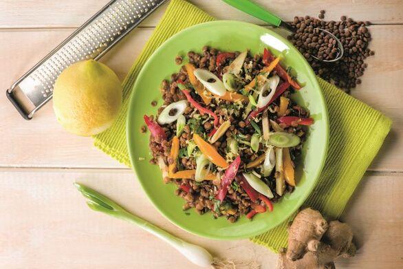 Θρεπτική σαλάτα με φακές και πολύχρωμες πιπεριές