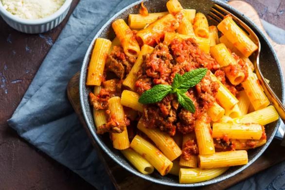 Συνταγή για πένες ριγκατόνι με σάλτσα τομάτας και κιμά