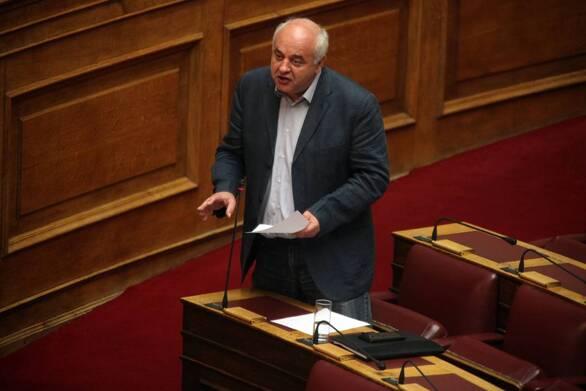 """Χαμός στη Βουλή με τον Αχαιό βουλευτή Καραθανασόπουλο: """"Η πολιτική μ...α έχει τα όριά της"""""""