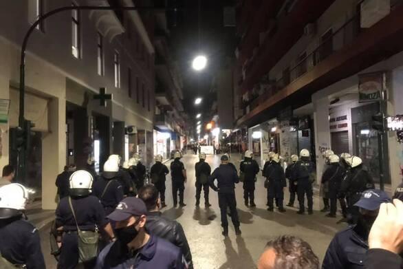"""Πάτρα: Επεισόδια στην Κορίνθου με φωτιές - Αστυνομικοί """"μπλόκαραν"""" ομάδα ατόμων έξω από σούπερ μάρκετ (φωτο)"""