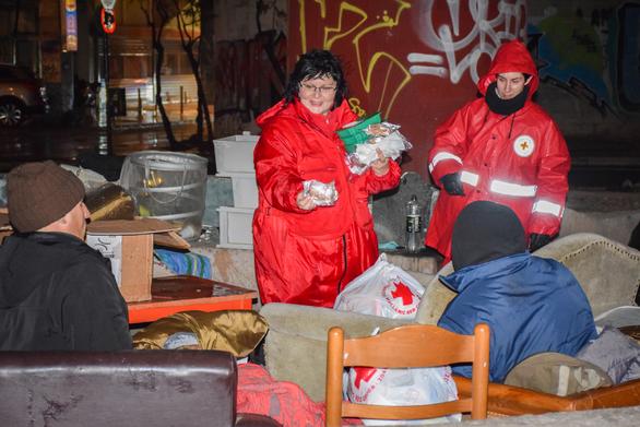 Κορωνοϊός: Ο Ελληνικός Ερυθρός Σταυρός στο πλευρό των αστέγων στο λιμάνι του Πειραιά (φωτο)