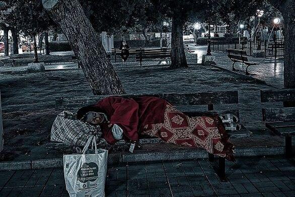 """Πάτρα: Άστεγοι τις νύχτες, στις έρημες πλατείες και τους άδειους δρόμους, μιας πόλης """"νεκρής"""""""