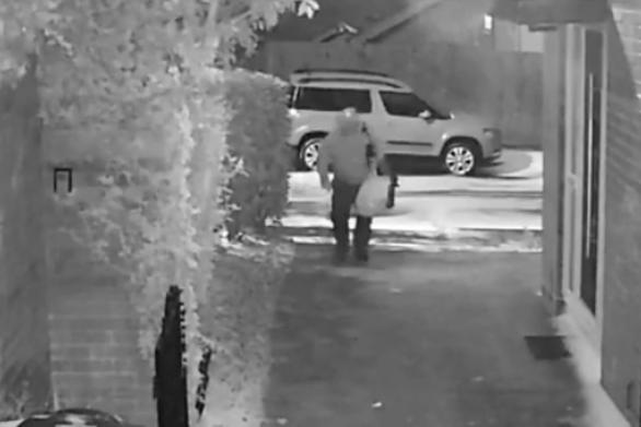 Άνδρας παλεύει να φτάσει μέχρι την πόρτα του σπιτιού εξαιτίας του πάγου