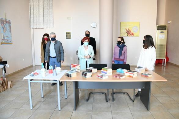 Πάτρα - Δώρα από το εικαστικό εργαστήρι του Πολιτιστικού Οργανισμού σε οικονομικά αδύναμους ανθρώπους (pics+video)