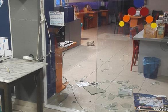 Πάτρα: Έπεσαν με αυτοκίνητο σε τζαμαρία πρακτορείου ΟΠΑΠ