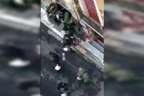 """Γρηγορόπουλος: Αστυνομικός """"παίζει"""" με λουλούδια από το μνημείο του (video)"""