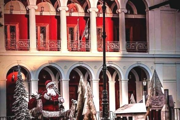 Το θέατρο Απόλλων μπρος στο Χριστουγεννιάτικο χωριό, στην άδεια καρδιά της Πάτρας