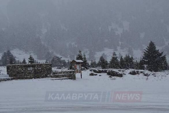 Αχαΐα: Συνεχίζεται η πυκνή χιονόπτωση στα Καλάβρυτα (φωτο)