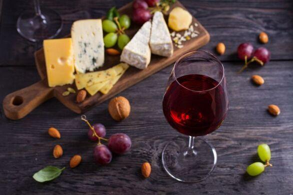 Κρασί και τυρί για να.. διατηρήσετε «νέο» τον εγκέφαλο