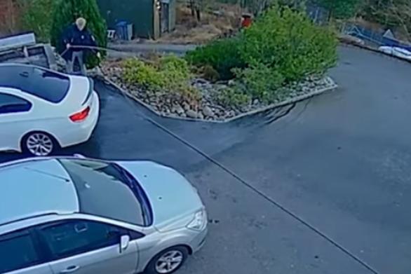Άνδρας τρέχει να σώσει το αυτοκίνητο του που αρχίζει να κυλάει στην κατηφόρα (video)