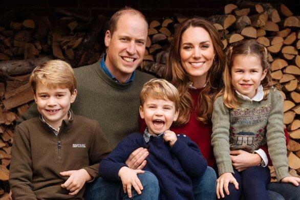 Βρετανία: Ο πρίγκιπας Λούις «κλέβει» τις εντυπώσεις στη Χριστουγεννιάτικη οικογενειακή φωτογραφία