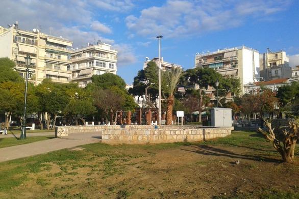 """Τρεις πλατείες στο κέντρο της Πάτρας που οι γιορτές δεν τις έχουν καν """"αγγίξει""""!"""