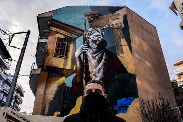 Δράμα - Ένα εντυπωσιακό γκράφιτι για τον κορωνοϊό σε πολυκατοικία