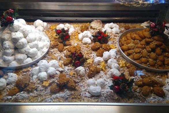 """Πάτρα: Μελομακάρονα, κουραμπιέδες και δίπλες παραμένουν τα """"must"""" των Χριστουγέννων"""