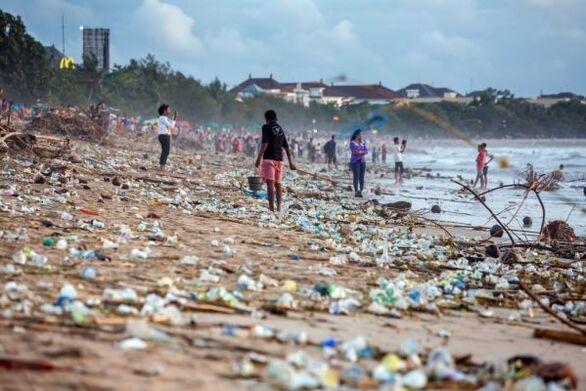 Οι παραλίες του Μπαλί γέμισαν σκουπίδια