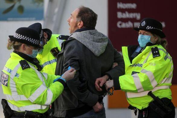 Εντατικοί έλεγχοι στη Βρετανία για την εφαρμογή του lockdown - Ανησυχία στο Βέλγιο για τη μετάλλαξη του ιού
