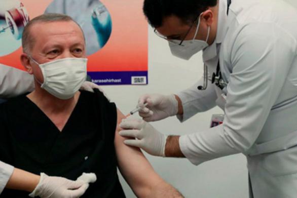 Τουρκία: Εμβολιάστηκε live ο Ερντογάν (video)