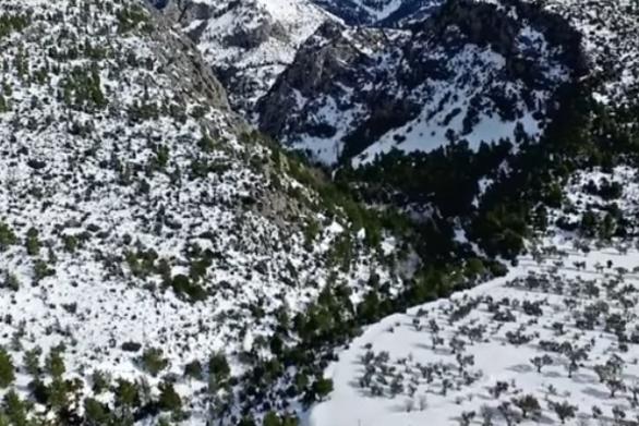 Μαγευτικές εικόνες από ψηλά από τη χιονισμένη Εύβοια (video)