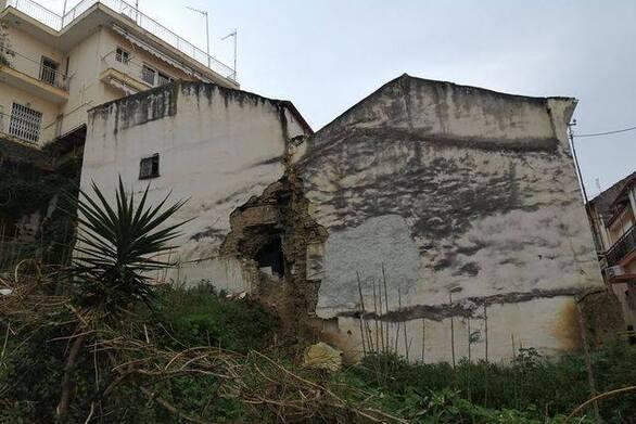 Πάτρα: Κτίριο παγίδα, έτοιμο να πέσει, στη συνοικία του Βλατερού (φωτo)