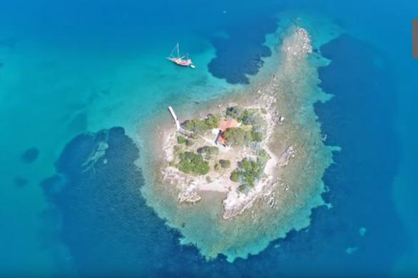 Έρως: Το ελληνικό νησάκι του έρωτα όπου γίνονται μόνο γάμοι (video)