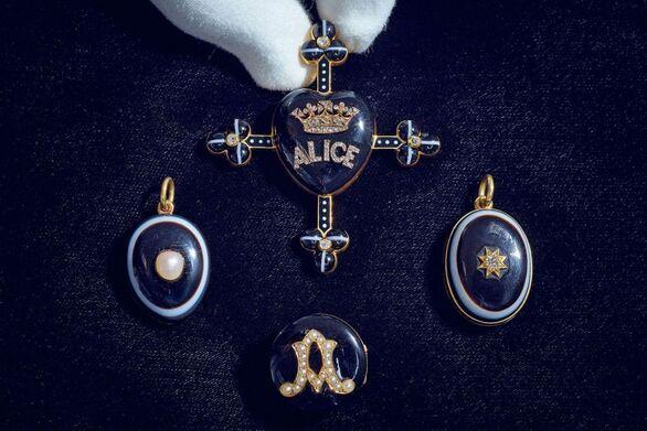 Δημοπρατούνται κοσμήματα «πένθους» που ανήκαν στην βασίλισσα Βικτώρια
