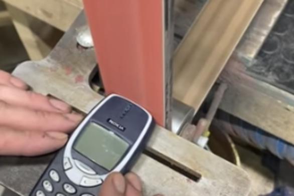 Το θρυλικό για την αντοχή του Nokia 3310… νικήθηκε (video)