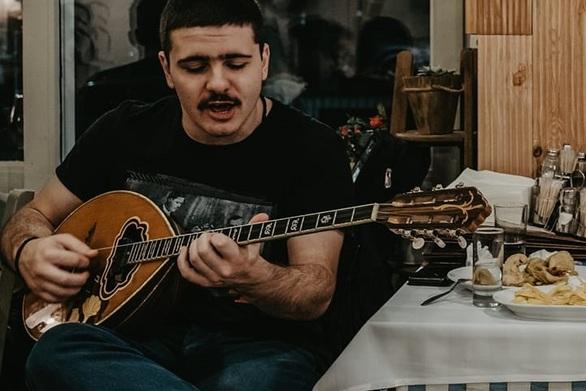 Κουτσαβάκης - Ο νεαρός ρεμπέτης που έγινε viral για το «ρε ματζόρε» στο patrasevents.gr