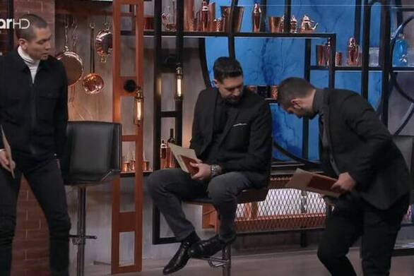MasterChef - Ατύχημα για τον Κουτσόπουλο, παραλίγο να βρεθεί στο πάτωμα (video)