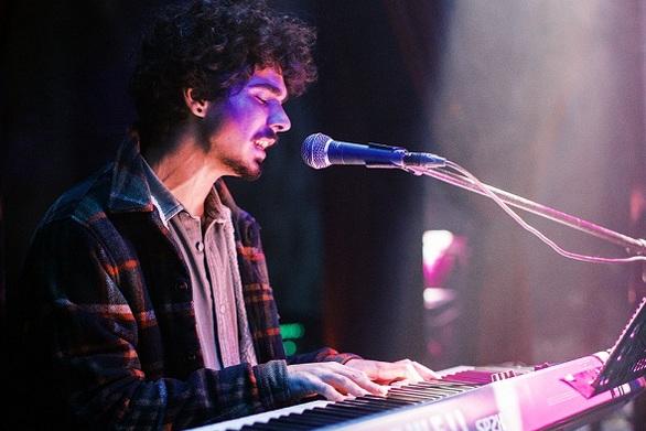 Jason Foux - Ο Πατρινός που παίζοντας πιάνο «μάγεψε» με τη φωνή του (video)