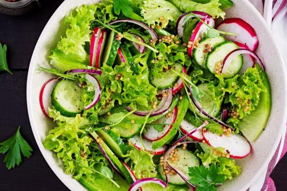 Aνοιξιάτικη σαλάτα με αγγούρι και ραπανάκια