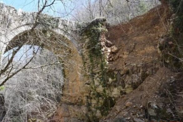 Ζαγοροχώρια: Κινδυνεύει το πέτρινο γεφύρι στο Βραδέτο