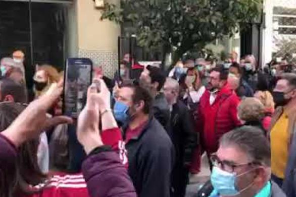 Επίσκεψη Πέτσα στην Πάτρα - Μικροεπεισόδια έξω από το Επιμελητήριο Αχαΐας (video)