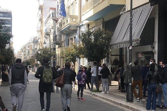 Πάτρα: «Ουρές» στα rapid test έξω από το κτίριο του Επιμελητηρίου