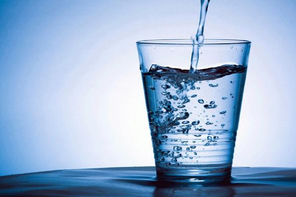 Γιατί δεν πρέπει να πίνετε το νερό που αφήνετε δίπλα σας το βράδυ