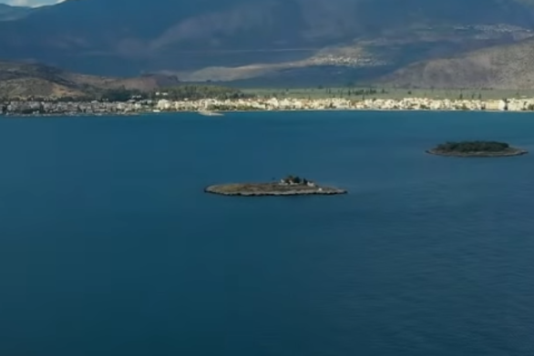 Άγνωστη Ελλάδα: Δείτε που βρίσκονται η βυθισμένη αρχαία γέφυρα και ο κρατήρας με το δάσος από νούφαρα (video)