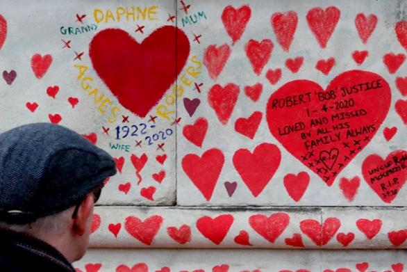 Λονδίνο - Ζωγράφισαν χιλιάδες κόκκινες καρδιές για κάθε ζωή που θέρισε ο κορωνοϊός