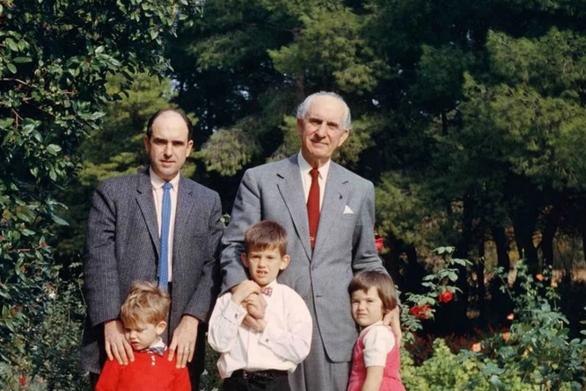 Ο Ανδρέας Παπανδρέου με τα παιδιά και τον πατέρα του στο Καστρί