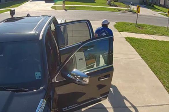 Ανυποψίαστος άνδρας βλέπει ένα ανεξέλεγκτο αυτοκίνητο να έρχεται κατά πάνω του (video)