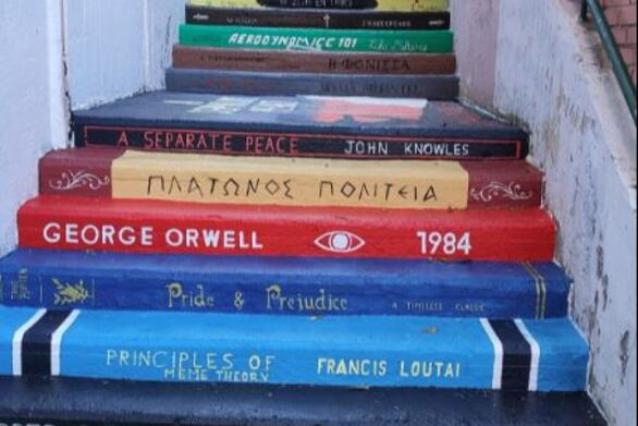 Αθήνα: Μαθητές έκαναν τις σκάλες του σχολείου τους βιβλιοθήκη