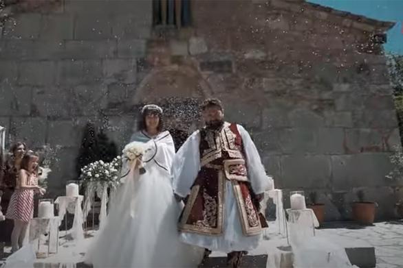 Ο γάμος της χρονιάς στα Τρίκαλα: Ζευγάρι τίμησε τα 200 χρόνια από την Ελληνική Επανάσταση (video)