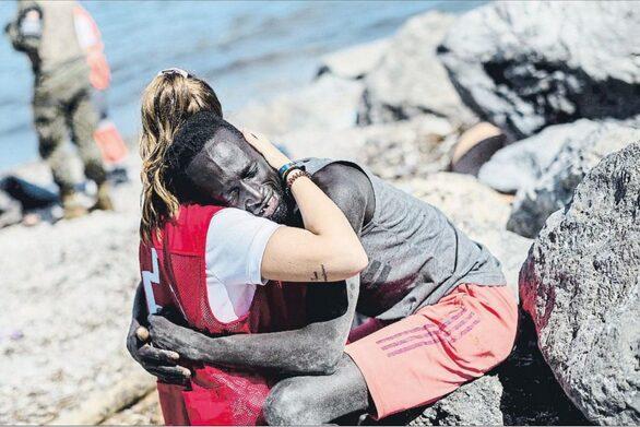 Ισπανία: Ρατσιστικό μίσος από ακροδεξιούς στην εθελόντρια που αγκάλιασε τον μετανάστη από τη Σενεγάλη